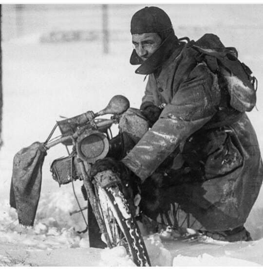 Militar armando su moto